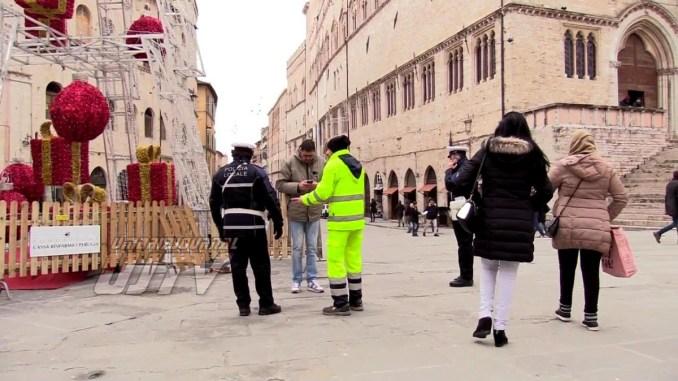 Veicolo della Gesenu si sfrena e si ferma sull'albero di Natale in centro a Perugia