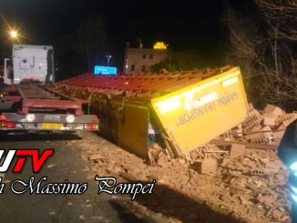 Incidente all'ingresso del raccordo Perugia Bettolle, camion perde carico