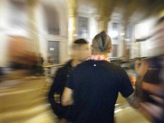 Aggredito giovane fuori dalla discoteca, naso spaccato, due arresti