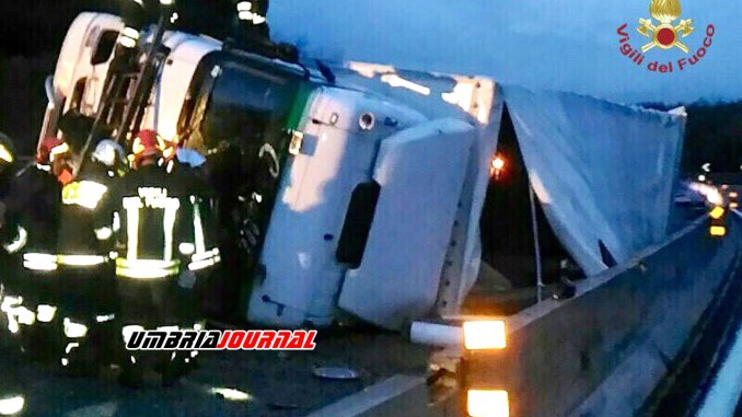Incidente A1 Tir di acetilene si ribalta Vigili del fuoco salvano conducente