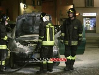 Auto prende fuoco in piazza a Bastia Umbra, panico tra la gente