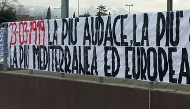Striscione fascista esposto a Foligno, inneggiava ai Fasci italiani di combattimento
