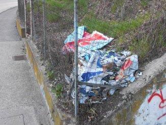 Cimitero dei manifesti lungo la strada a Pieve di Campo