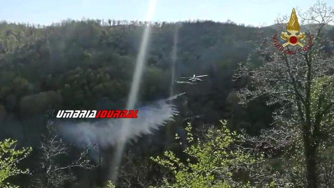 Incendio bosco sul valico della Somma ad Acqualacastagna di Spoleto, elicottero sul posto
