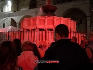 Fontana Maggiore di Perugia in rosso per i martiri della Siria
