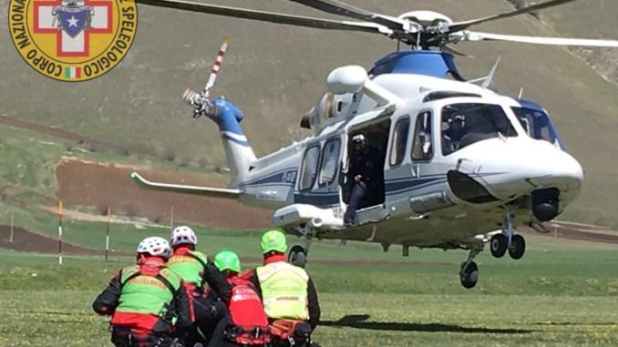 Esercitazione del soccorso alpino a Castelluccio di Norcia con elicottero della polizia