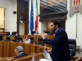 Giacomo Leonelli mentre illustra la mozione presentata insieme alla collega Carla Casciari. I due consiglieri del Pd hanno chiesto di finanziare con risorse regionali contratti aggiuntivi per la formazione specialistica nell'ambito della sanità