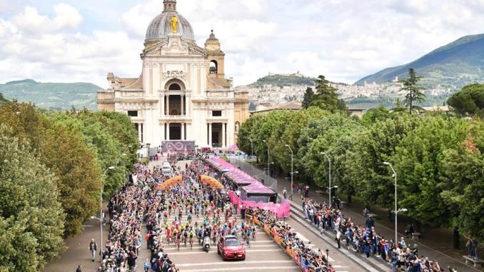 Giro d'Italia, la partenza di Assisi, tutte le immagini della giornata