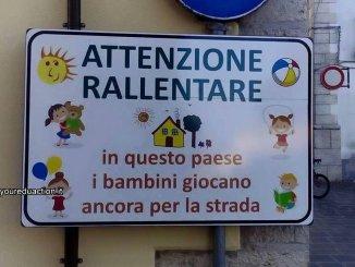 Bambini giocano in strada, ma rischiano e allora un consigliere comunale...