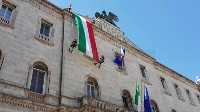 Festa della Repubblica a Perugia, toccante la calata del vessillo tricolore