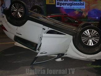 Incidente stradale a Perugia, auto si ribalta, c'è un ferito, anche un cane coinvolto