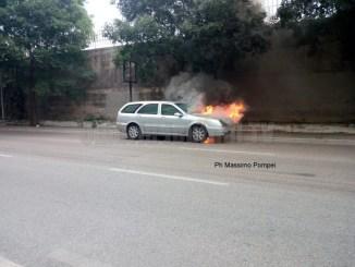 Auto si incendia in via Sicilia a Perugia, nessun ferito