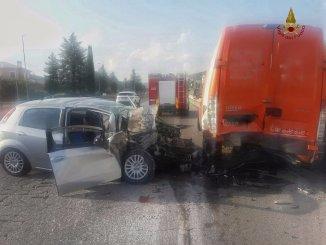 Incidente con feriti a Sant'Eraclio di Foligno auto contro furgone sulla Flaminia