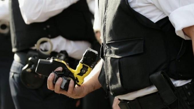 Sì al Taser, la polizia municipale potrà sperimentare la pistola elettrica