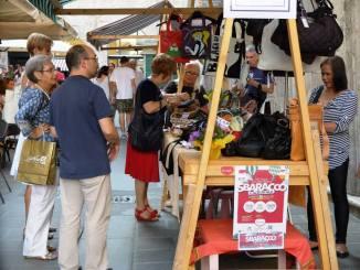 Centro storico di Perugia in festa con lo sbaracco dei commercianti 34a91714936