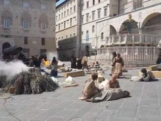Blessed virgin, Perugia si trasforma in set cinematografico, cadaveri in piazza