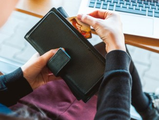Ruba bancomat, pin e stipendio alla collega, ma viene scoperta