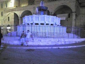 Autismo: percorso di vita, la fontana Maggiore si colora di blu