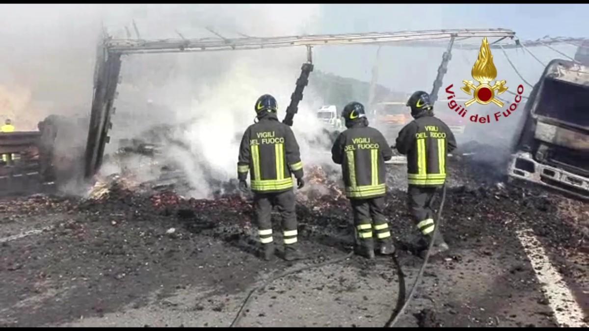Giornata infernale sull'A1, muoiono padre e figlio, ieri sera anche un camionista
