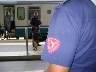 Controlli a ritmi serrati della polizia di stato nelle stazioni ferroviarie