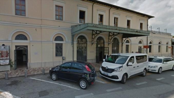 Picchia e semina il panico in stazione ad Assisi, denunciato straniero