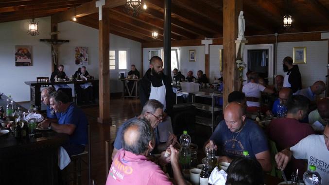 San Benedetto guida monaci benedettini su come accogliere gli ospiti
