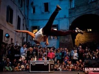 Alchemika, è festa con Fiorivano le Viole in via della Viola a Perugia