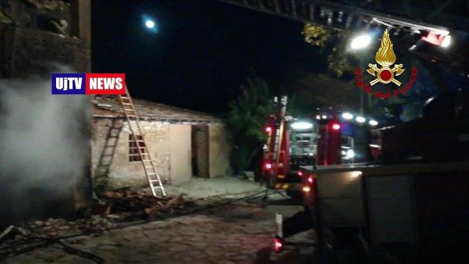 Incendio nella notte a Borgo Colognola di Perugia, crolla tetto e solaio
