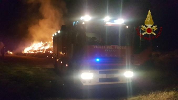 Incendio nella notte a Perugia a fuoco rotoballe, tre mezzi dei Vigili del fuoco