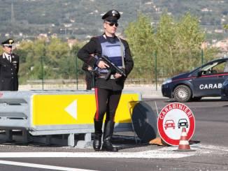 Posto di blocco sulla E45 con carabinieri in terra e in volo, controllo straordinario