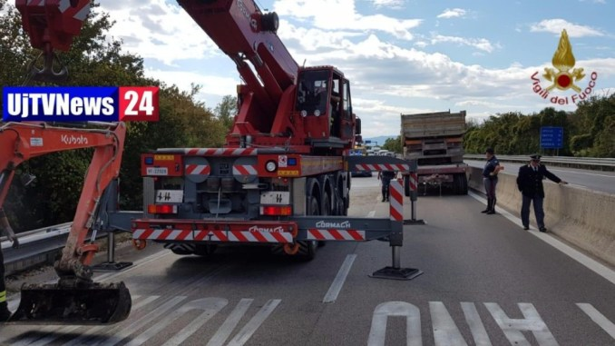 Autocarro ed escavatore si ribaltano sulla E45 vicino Foligno, nessun ferito