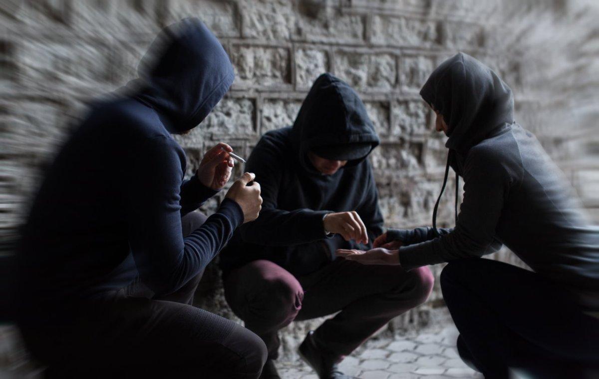 Droga, giovanissimi, spaccia a neanche sedici anni arrestata studentessa