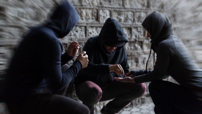 Giovani sempre più in balia di tossicodipendenza, alcol e gioco d'azzardo