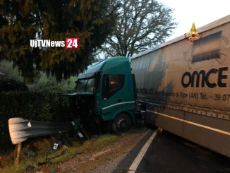 Incidente stradale a Castello, camion su auto, 3 feriti codice rosso