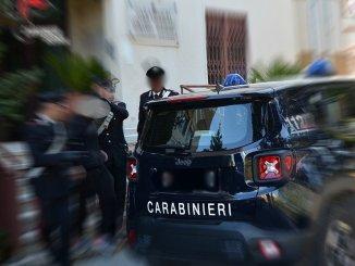 Aggredisce i carabinieri che aveva chiamato in suo soccorso, arrestato