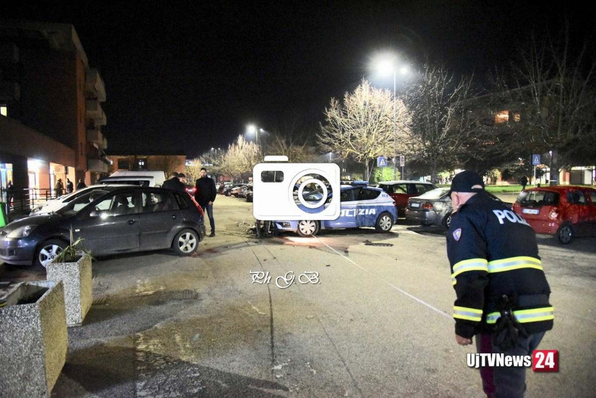Audi sperona auto polizia, caccia alla banda [Tutte ]