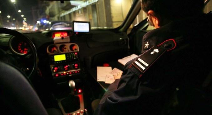Nascosto nel garage di un'anziana, ferisce proprietaria e aggredisce carabinieri