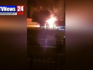 Auto va a fuoco a Santa Maria degli Angeli, fiamme altissime