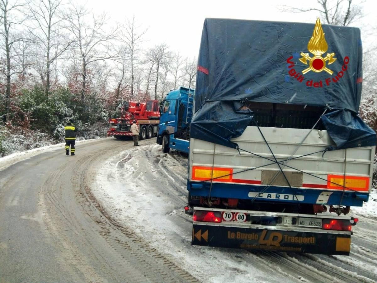Mezzi pesanti bloccati a causa del fondo stradale ghiacciato