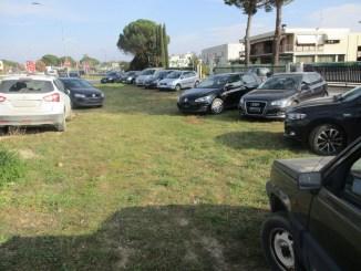 Ponte San Giovanni, parcheggio selvaggio cancella aree verdi