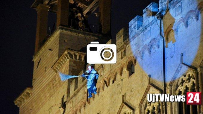 La Befana Perugina è scesa dalla torre, tutte le foto
