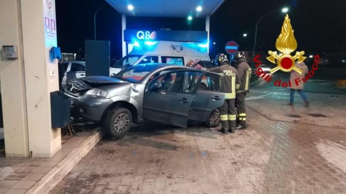 Incidente stradale lungo la quattro corsie, auto finisce dentro distributore