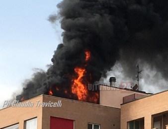 Incendio appartamento a Bastia Umbra, fiamme altissime, panico in città