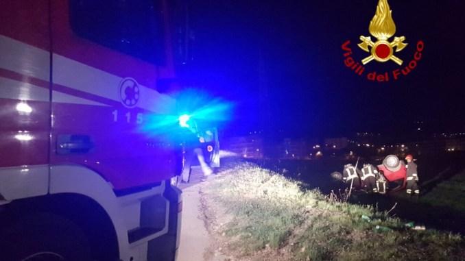 Rimane incastrato sotto auto dopo incidente, codice rosso per uomo