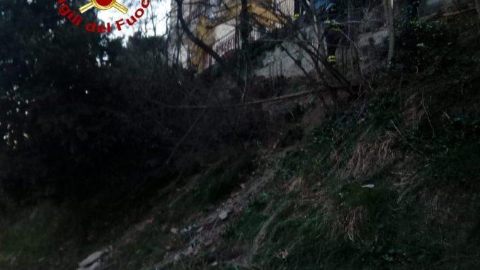 Muro pericolante demolito dai vigili del fuoco a Nocera Umbra