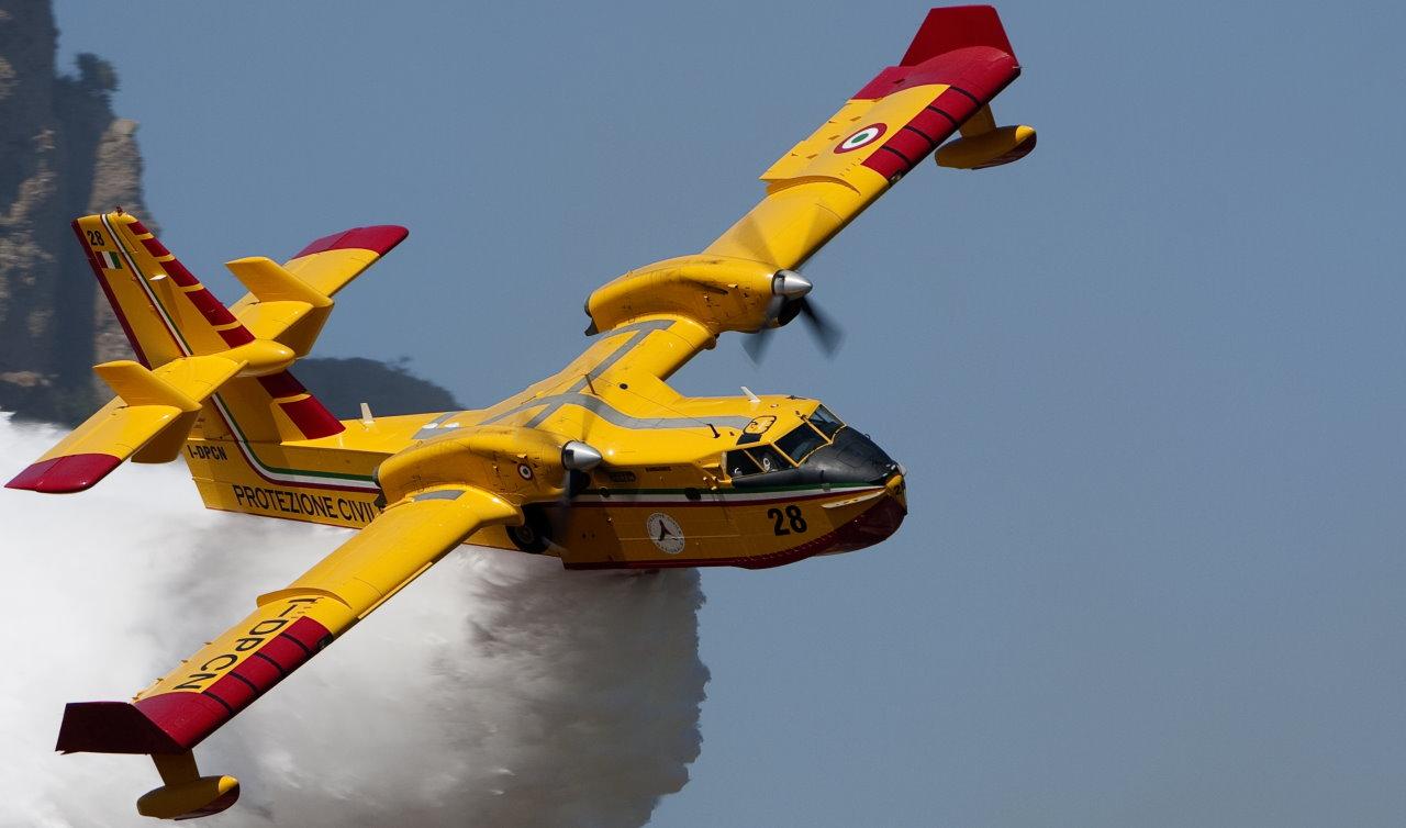 🔴Video – Domato incendio di Camporeggiano di Gubbio in azione tre canadair