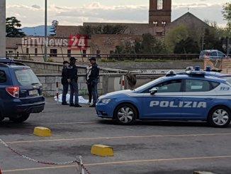 Morto un ragazzo in Piazza Partigiani, forse overdose, inutili i soccorsi |Foto