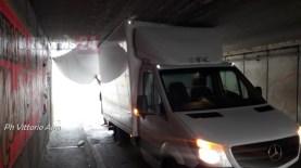 Ancora un furgone incastrato nel sottopasso di Tordandrea ad Assisi