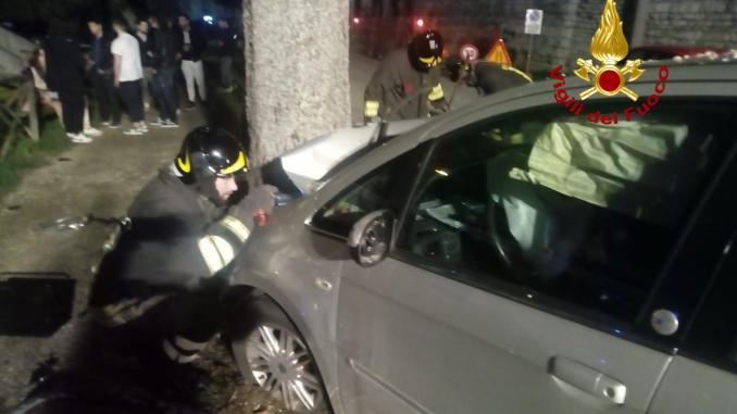 Auto si schianta contro un albero, ferite due donne, mamma e figlia