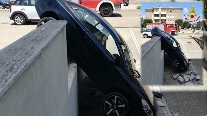 Parcheggia male e l'auto sfonda parapetto e finisce a muso in giù